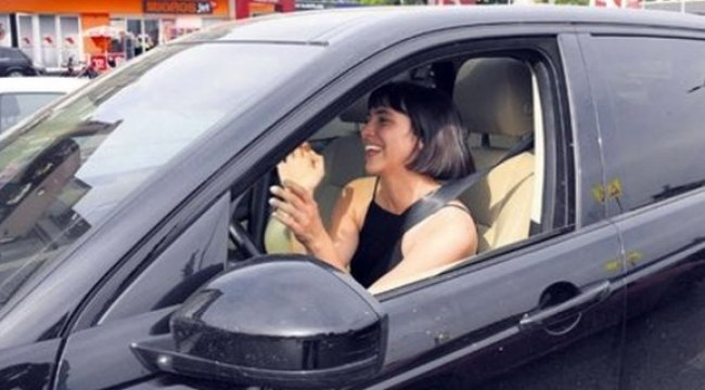 Zehra Çilingiroğlu yeni otomobiliyle gülücükler saçtı