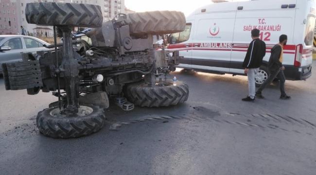 Ağrı'da kaza yapan traktör yolun ortasına devrildi